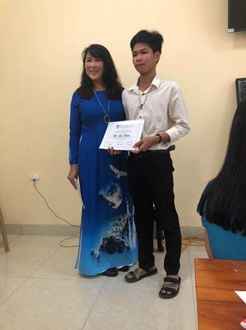 Nhâm (from Huế) received the best character award for HS level